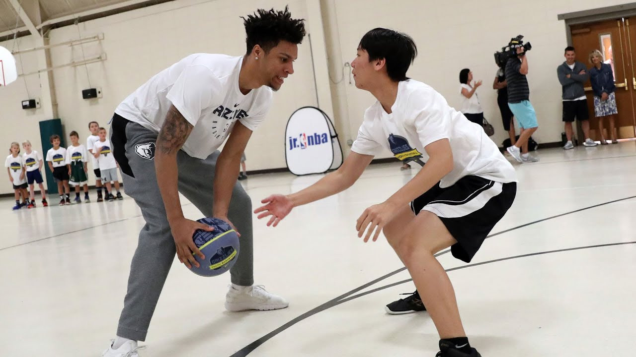 Brandon Clarke goes 1 on 1 with kids during Grizzlies Youth Summer Basketball Camp visit